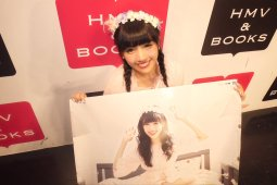 If you purchased five copies you get a signed poster from a member. This is Yuechi's poster. twitter.com/aksb_miyatani